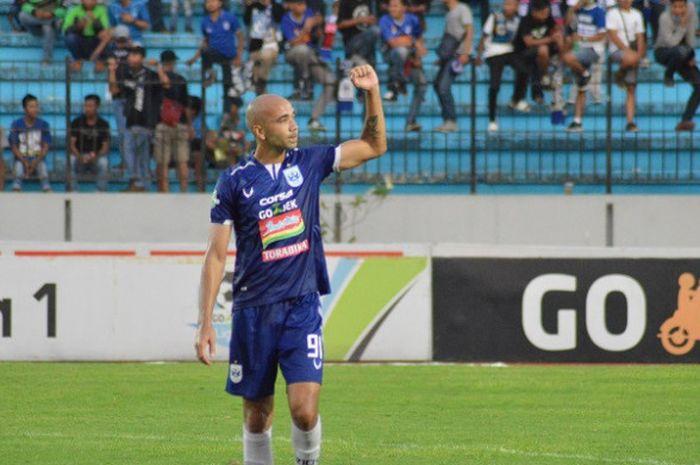 Striker asing PSIS Semarang, Bruno Silva, setelah laga melawan Perseru Serui di Stadion Moch Soebrot