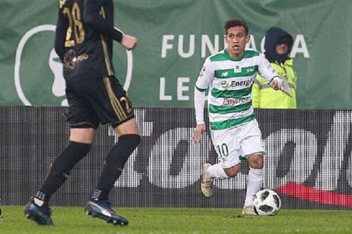 Aksi pemain asal Indonesia, Egy Maulana Vikri pada laga debut resminya bersama Lechia Gdansk kontra