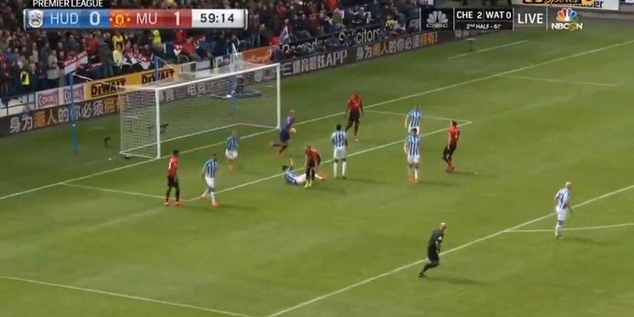 VIDEO - Operan Jarak Jauh Kiper Huddersfield Bikin Man United Kebobolan