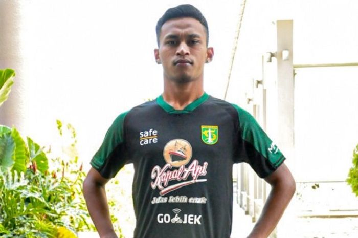 Osvaldo Haay menggunakan salah satu contoh jersey alternate atau jersey ketiga Persebaya Surabaya.