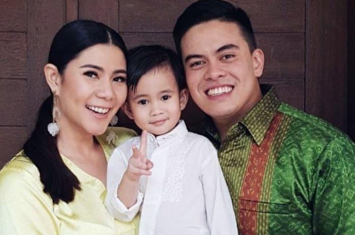 Cynthia Ramlan dan keluarga kecil