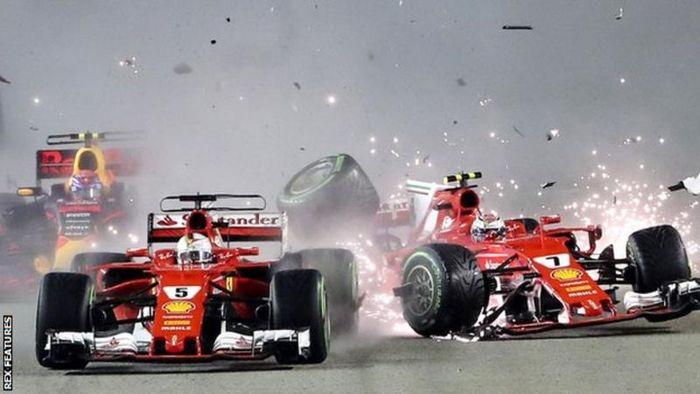 Dua pembalap Ferrari, Sebastian Vettel (kiri) dan Kimi Raikkonen saling bentrok di GP F1 Singapura 2017