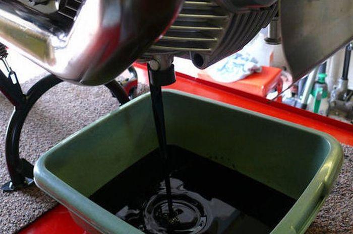 Oli bekas bisa diolah lagi untuk dijadikan bahan dasar oli baru