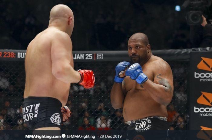 Monster MMA eks raja UFC, Quinton Jackson (kanan) kala bertarung di arena.