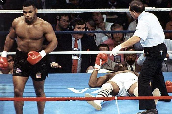 Momen saat Mike Tyson menjatuhkan Michael Spinks