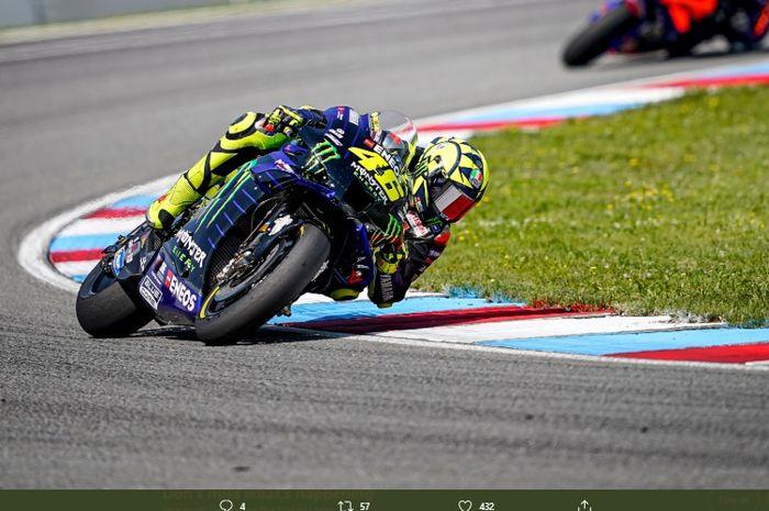 Pembalap Monster Energy Yamaha, Valentino Rossi, saat mengikuti balapan di sirkuit Brno dalam ajang MotoGP Republik Ceska 2020.