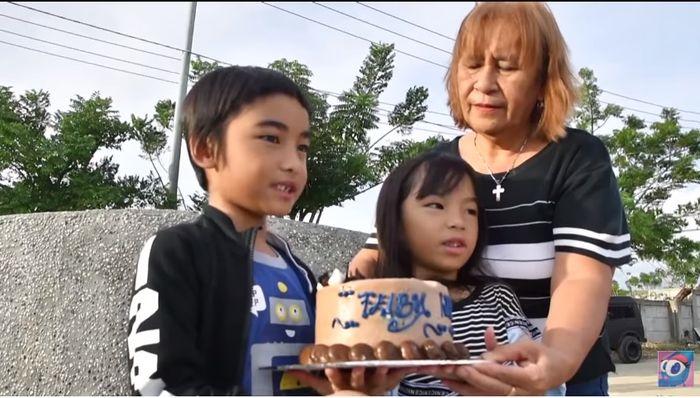 Isreal bawakan kue ulang tahun untuk mama tercinta yang sudah terbatring di pusara