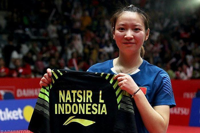 Huang Yaqiong memamerkan jersey milik Liliyana Natsir.