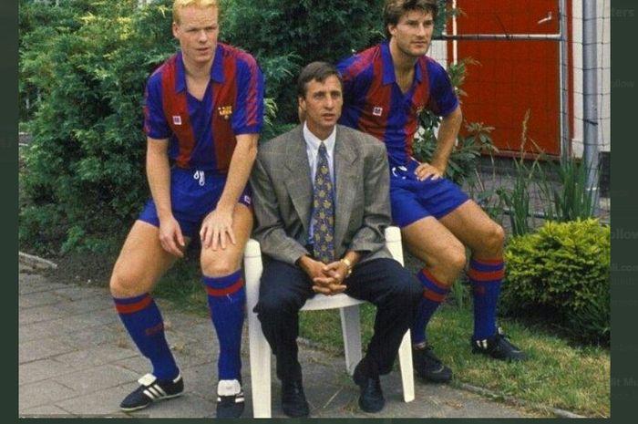 Michael Laudrup (kanan) dan Ronald Koeman saat diperkenalkan sebagai rekrutan anyar Johan Cruyff (tengah) untuk Barcelona pada 1989.