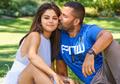 Selena Gomez Terlihat Dicium Pipinya Oleh Seorang Cowok. Siapakah Dia?
