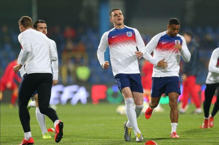 Pemain debutan timnas Inggris, Declan Rice, saat melakukan pemanasan jelang laga kontra Montenegro, Senin (25/3/2019).