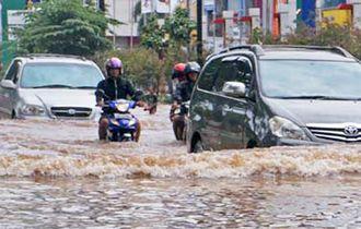 10 Jurus Aman Ngajak Motor Bekas Menerobos Genangan Air di Jalan