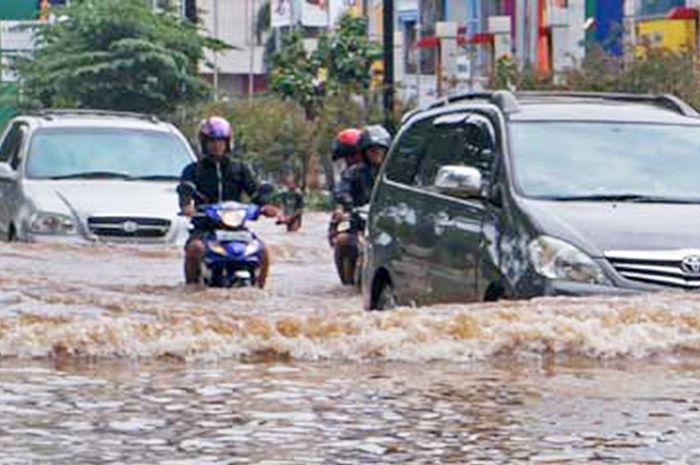Waspada berkendara di jalan banjir
