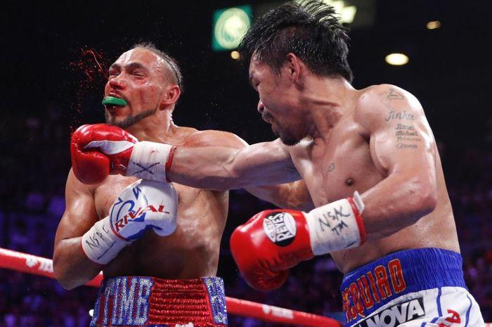 Momen Manny Pacquiao (kanan) saat menghajar Keith Thurman (kiri)