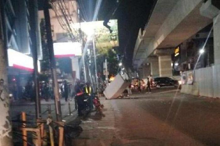 Pembatas beton proyek mass rapid transit ( MRT) roboh di Kebayoran Baru 9372f1efa2