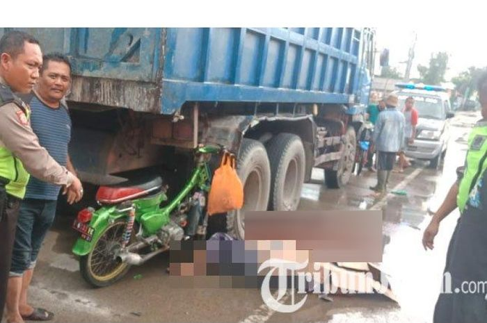 Hond aC70 menancap di ban belakang dump truk