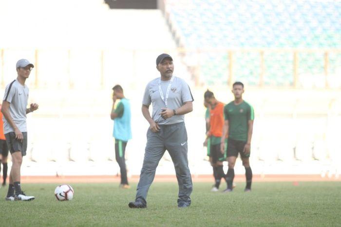 Pelatih timnas U-18 Indonesia, Fakhri Husaini pada seleksi tahap pertama pada 23-28 April 2019 di Stadion Wibawa Mukti, Cikarang, Kabupaten Bekasi, Rabu (12/6/2019).