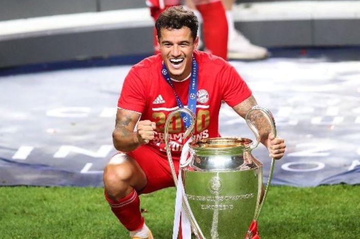 Philippe Coutinho berpose dengan trofi juara Liga Champions Bayern Muenchen.