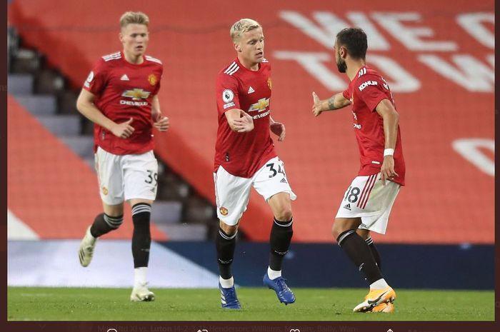 Donny van de Beek (tengah) mencetak gol untuk Manchester United ke gawang Crystal Palace dalam laga perdana mereka di Liga Inggris 2020-2021.
