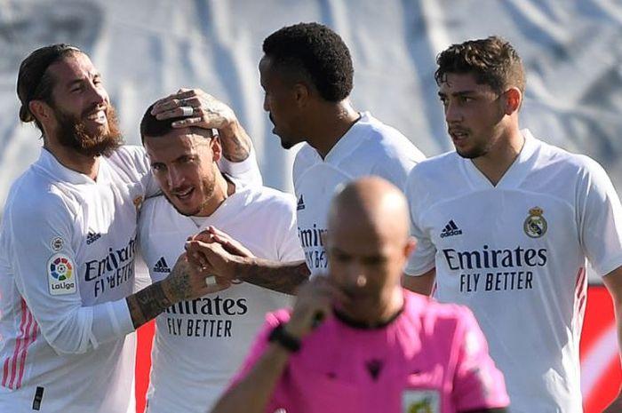 Para pemain Real Madrid merayakan gol Eden Hazard (kedua dari kiri) ke gawang Huesca.