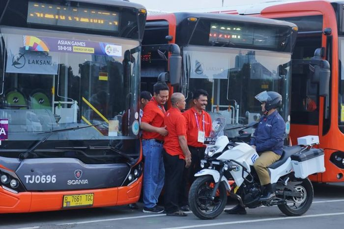 Foto Anies Baswedan berada di depan bus TransJakarta bermerek Scania