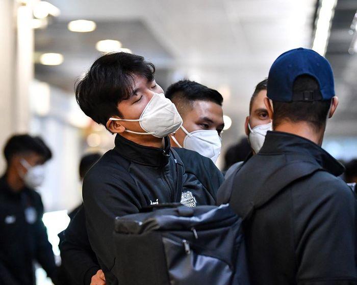 Para pemain Buriram United tiba di Shanghai dengan menggunakan masker demi menghindari wabah coronavirus. Mereka akan melawan Shanghai SIPG dalam play-off Liga Champions Asia 2020, Selasa (28/1/2020).