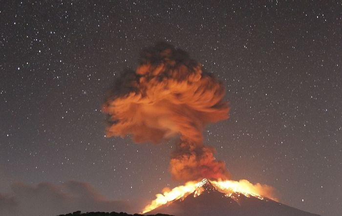Gunung Agung kembali meletus.