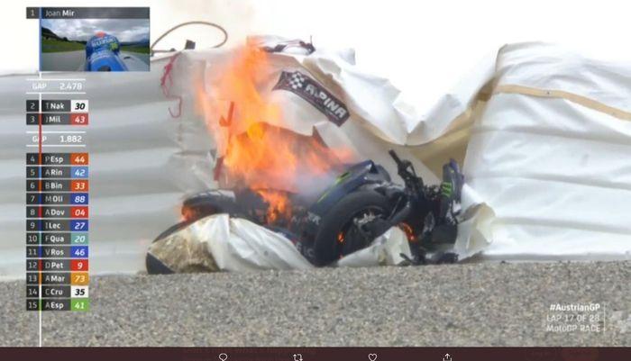 Motor tunggangan Maverick Vinales terbakar saat mengikuti balapan di Sirkuit Red Bull Ring, Minggu (23/8/2020).