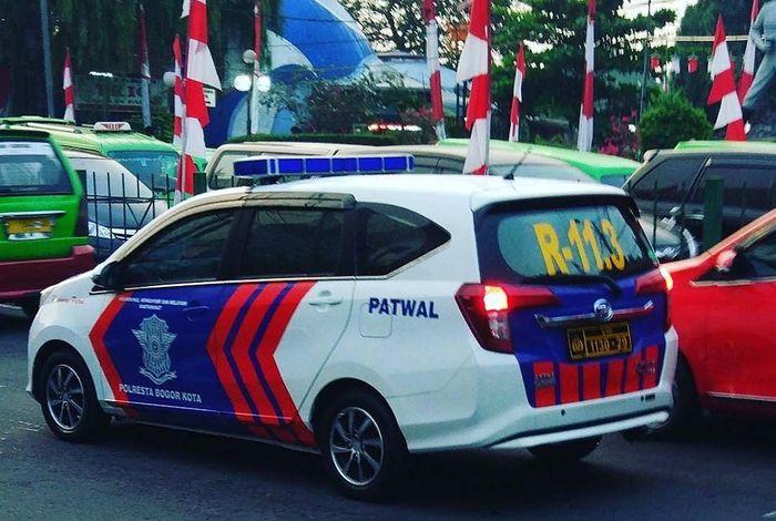 Daihatsu Sigra yang dipakai pihak Kepolisian sebagai mobil Patwal