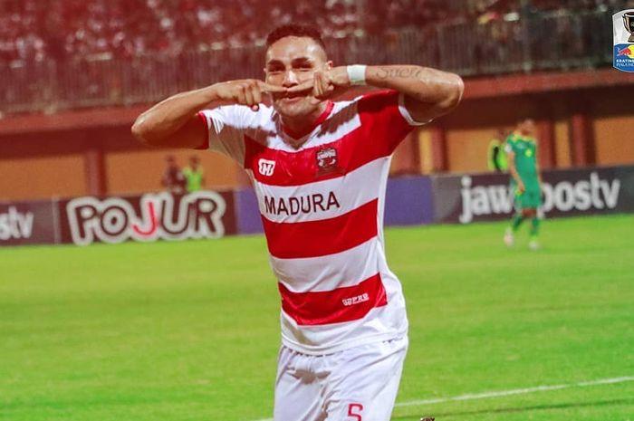 Bek Madura United, Jaimerson Da Silva Xavier, melakukan selebrasi setelah mencetak gol ke gawang Sriwijaya FC di babak 16 besar Piala Indonesia 2018.