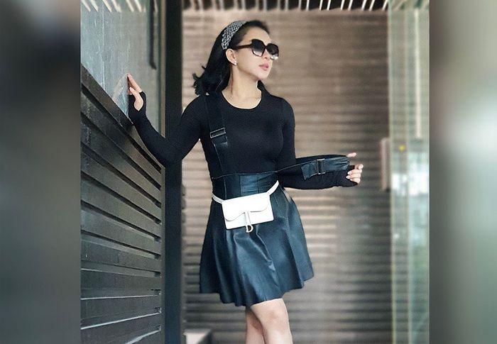 Penampilan berbeda Syahrini yang makin seksi kenkaan paduan rok mini dan baju ketat yang mencuri perhatian