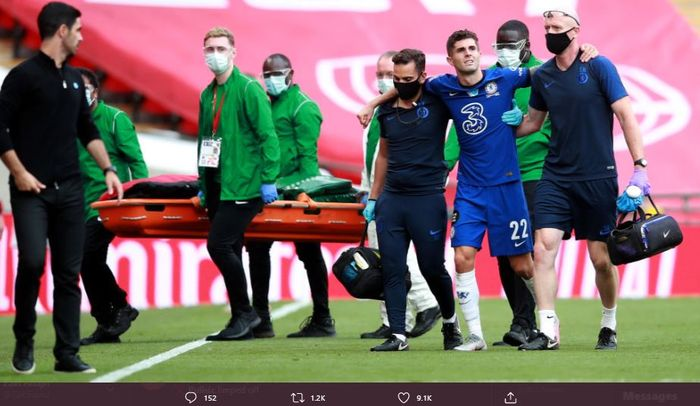 Christian Pulisic dibopong keluar lapangan dalam laga final Piala FA antara Chelsea dan Arsenal.
