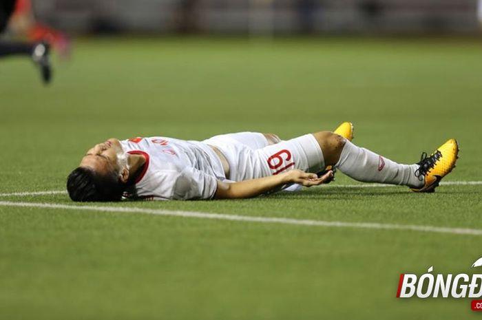 Pemain timnas U-22 Vietnam, Nguyen Quang Hai, meringisi kesakitan usai ditabrak pemain Singapura dalam lanjutan laga SEA Games 2019.