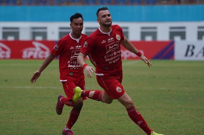 Penyerang Persija Jakarta, Marko Simic, melakukan selebrasi usai berhasil mencetak gol kala menghadapi Borneo FC di Stadion Wibawa Mukti, Bekasi pada Senin (11/11/2019).