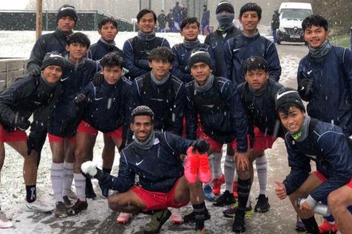Para pemain Garuda Select menikmati momen turunnya hujan salju.