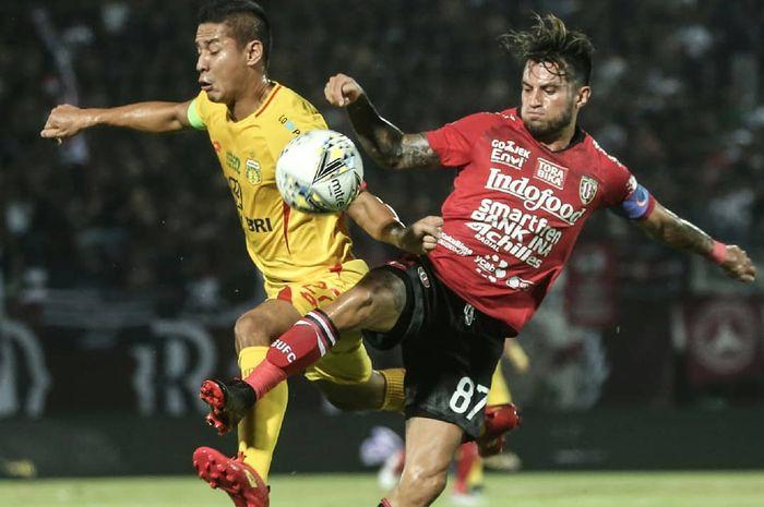 Pemain Bali United, Stefano Lilipaly, melakukan duel saat laga kontra Bhayangkara FC di Stadion I Wayan Dipta, Gianyar, Senin (20/5/2019).