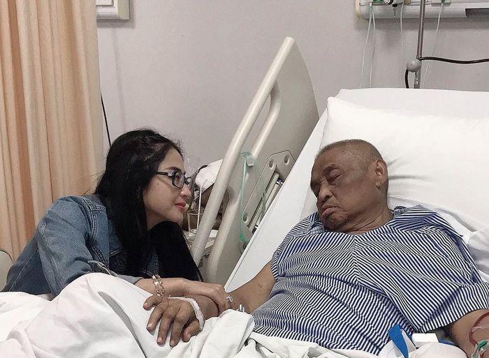 Di tengah kesibukan, Dewi Perssik sempatkan temani sang ayah yang hanya mau tidur jika ditemani dirinya.