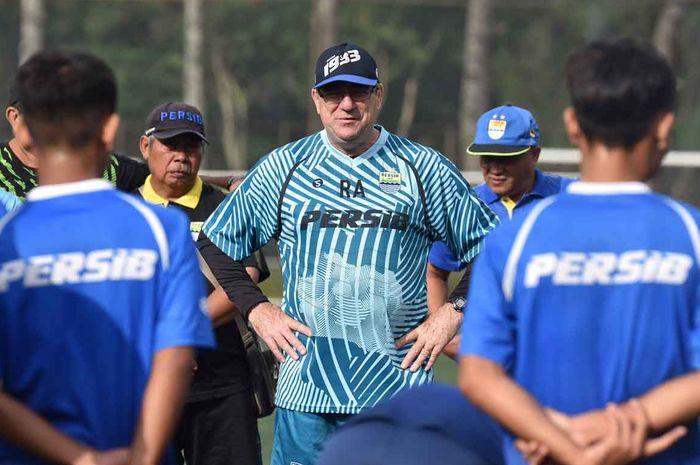 Pelatih Persib Bandung, Robert Rene Alberts, berpeluang rangkat jabatan setelah Umuh Muchtar mundur sebagai manajer.