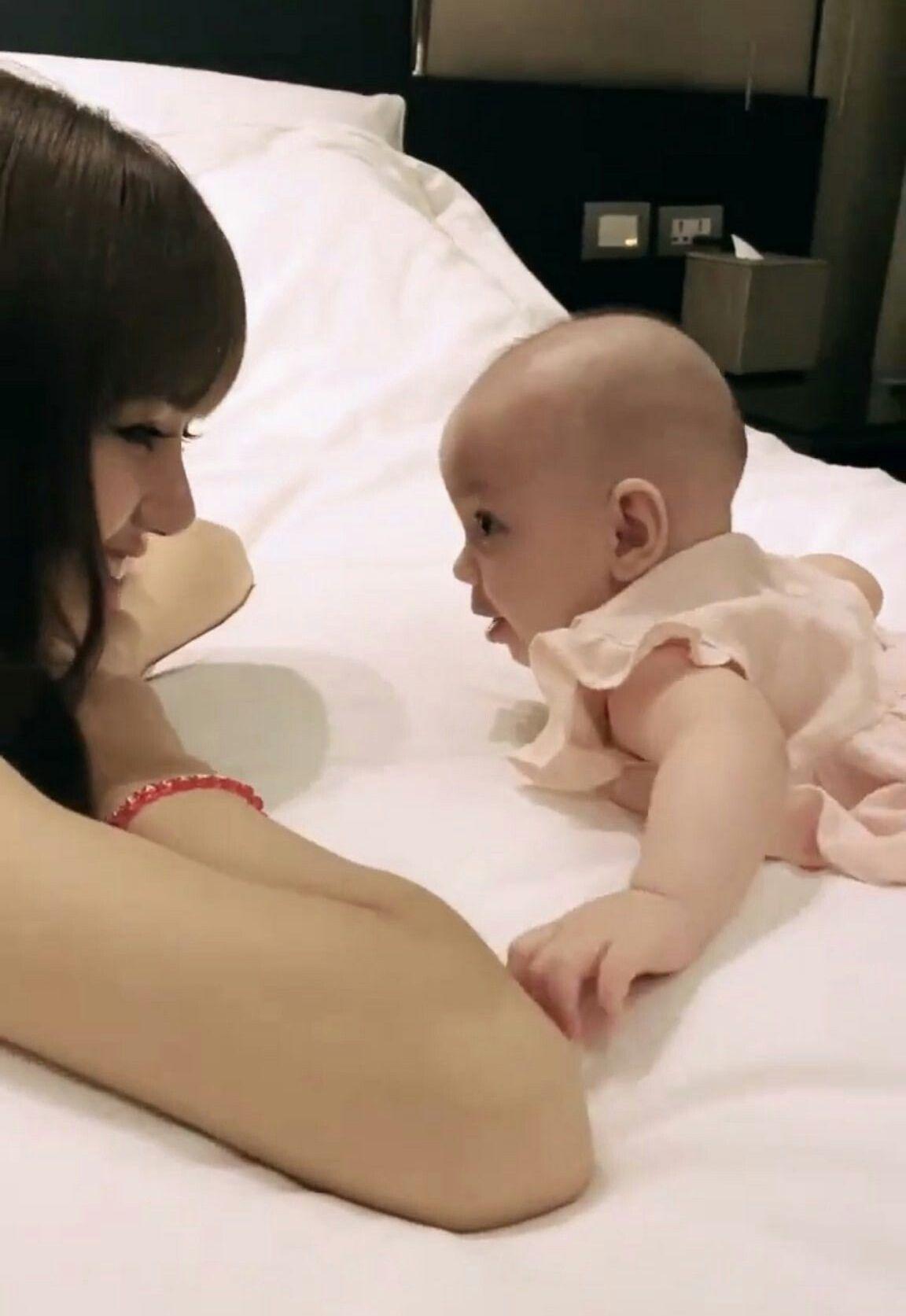 Lisa Blakpink saat bersama bayi kecil