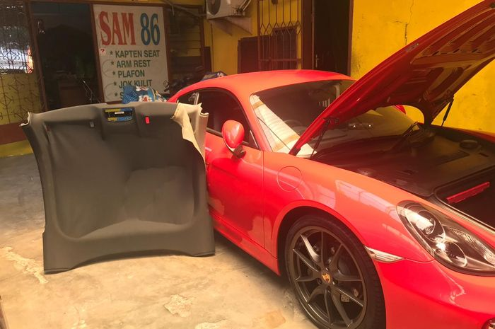 Plafon mobil rusak yang tengah diperbaiki di bengkel spesialis SAM 86