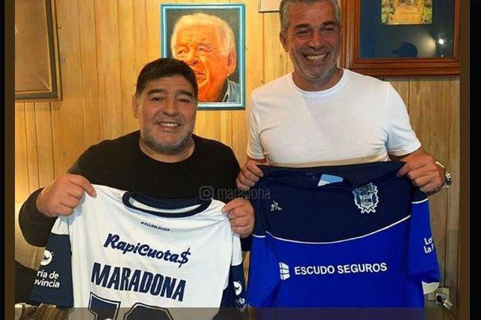 Diego Maradona (kiri) melatih Gimnasia La Plata.