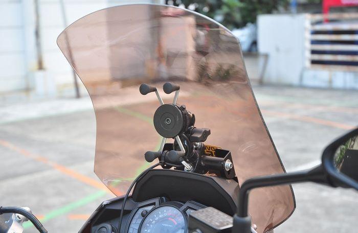 Di balik windshield terpasang dudukan GPS custom