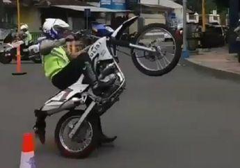 Bukan Kaleng-kaleng, Skill Polisi Ini Layaknya Stunt Rider Nasional