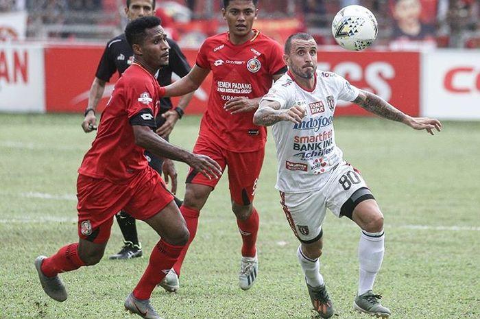 Gelandang Bali United, Paulo Sergio, dikawal dua pemain Semen Padang pada laga pekan ke-30 Liga 1 2019.
