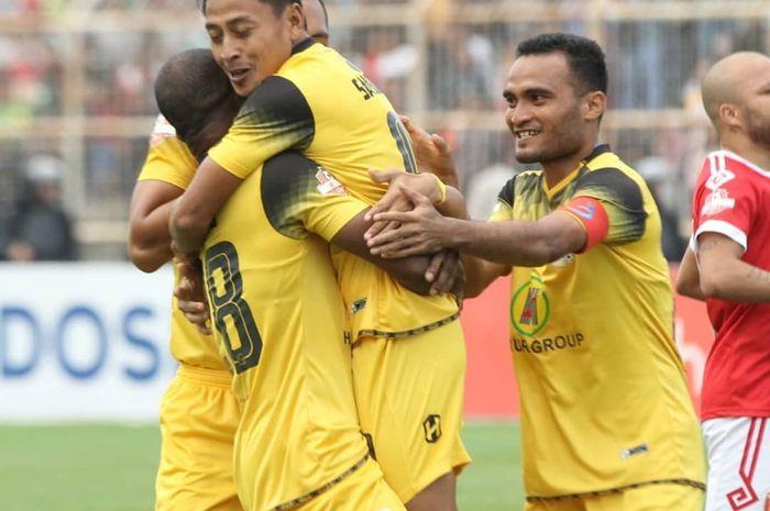 Striker Barito Putera, Samsul Arif, merayakan gol yang dicetaknya ke gawang Perseru Badak Lampung FC pada pekan ketujuh Liga 1 2019.