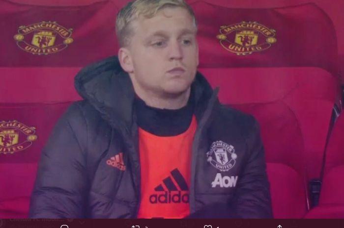 Gelandang Manchester United, Donny van de Beek, menunjukkan ekspresi tidak menyenangkan kala tidak diturunkan oleh timnya di laga melawan Chelsea dalam lanjutan Liga Inggris 2020-2021, Sabtu (24/10/2020).