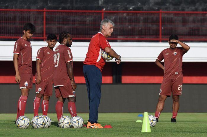 Pelatih Persija Jakarta, Ivan Kolev, saat memimpin official training di Stadion Kapten I Wayan Dipta, Gianyar, Bali, Kamis (25/4/2019).