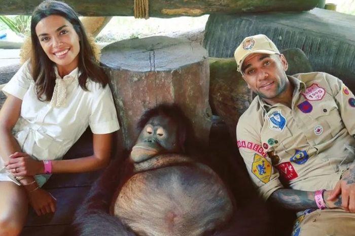 Dani Alves dan kekasihnya Joana Sanz tengah berpose dengan monyet kala menikmati liburannya di Bali, Indonesia.