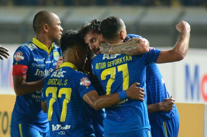 Pemain Persib Bandung merayakan gol yang dicetak Bojan Malisic ke gawang Tira-Persikabo pada pekan kedua Liga 1 2019.