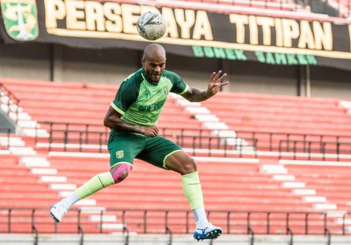Penyerang Persebaya David da Silva menyundul bola dalam sesi latihan resmi jelang laga lanjutan Liga 1 2019, Kamis (10/10/2019).